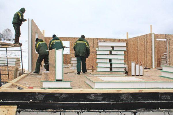 После завершения работ над фундаментом, цоколем и перекрытием можно возводить стены по любой технологии