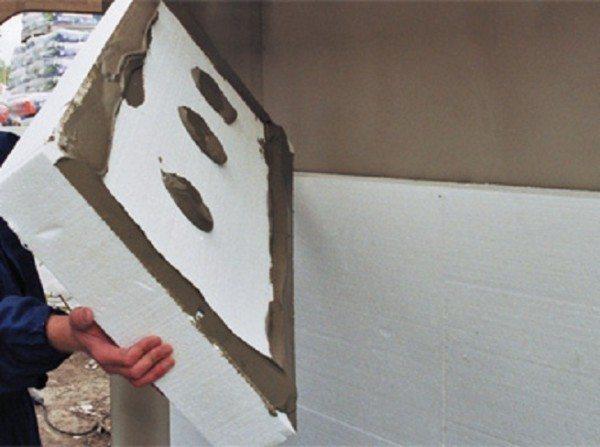 Последовательно наклеиваем плиты на фасад