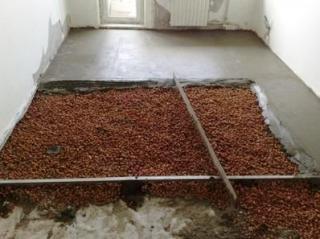 Поверх утеплителя заливается бетонная стяжка