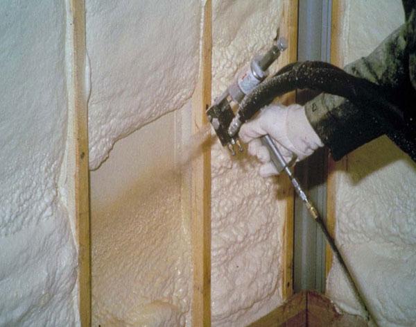При нанесении жидких утеплителей, как и в случае с твердым пенопластом, необходимо установить деревянные стойки для отделки