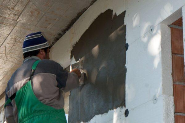 При наружном утеплении стен пенопласт нужно оштукатурить не позднее чем через неделю после монтажа, иначе он может разрушиться от солнца.