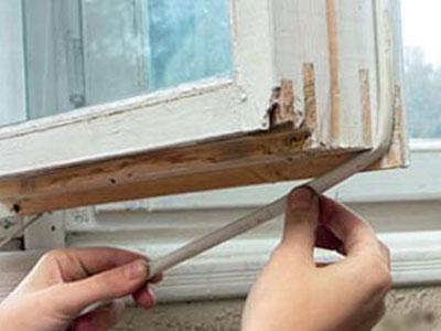 При помощи клеящегося уплотнителя можно вернуть функциональность деревянным окнам