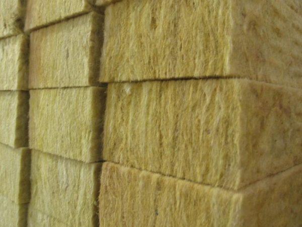 При производстве плит базальтовые волокна прессуются и проклеиваются