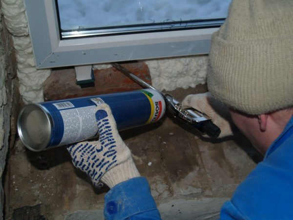 При теплоизоляции монтажного шва важно, чтобы монтажная пена была максимально однородной