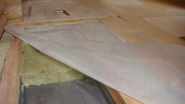При утеплении перекрытий базальтовую вату желательно защищать от влаги, используя пароизоляционные пленки