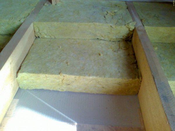 При утеплении пола плиты укладывают между лагами.