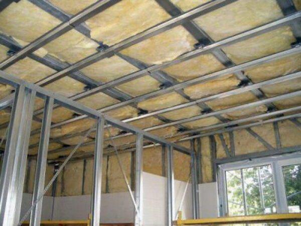 При утеплении потолка изнутри проще использовать рулонную минвату