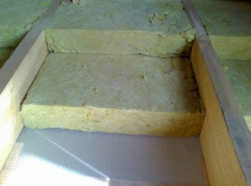 При высоком потолке можно позволить и два слоя ваты