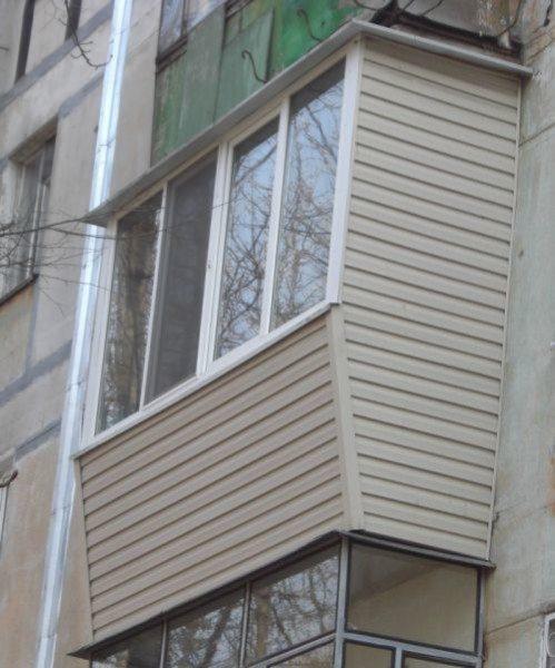 Применение метода не ограничивается фасадами коттеджей. Утепление лоджии или балкона с обшивкой сайдингом тоже возможно.