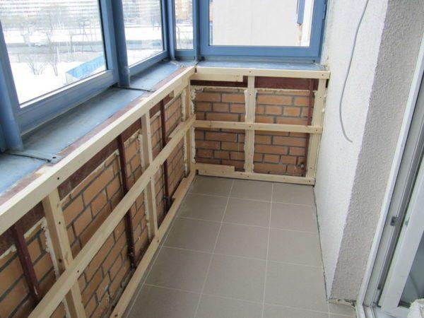 Пример деревянного каркаса для утепления балкона