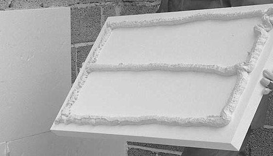 Пример нанесения клей-пены на утеплитель