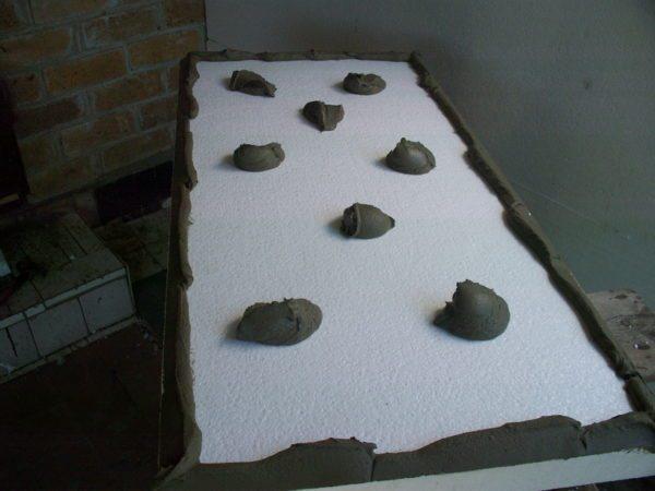 Пример нанесения клея на пенопласт комками