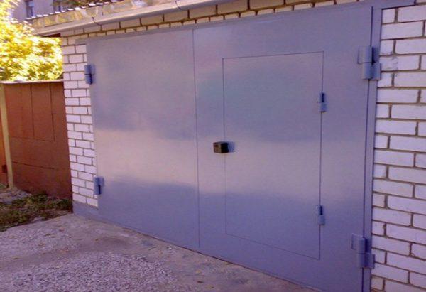 Пример стальных распашных ворот с калиткой в одной из створок