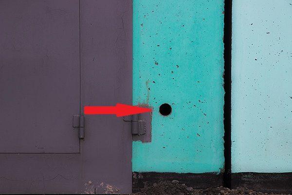 Приток воздуха может осуществляться и через отверстие в стене