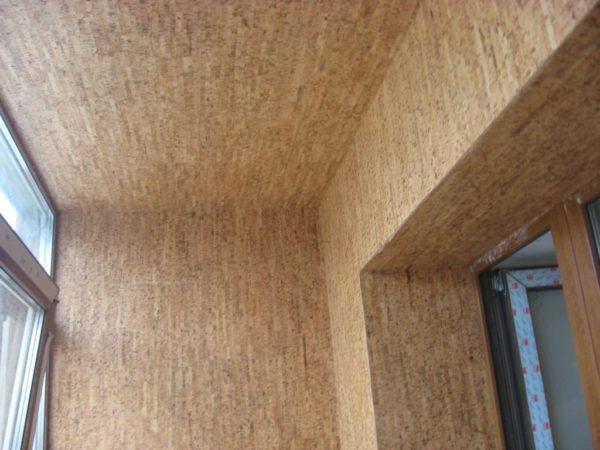 Пробка не боится влаги, поэтому успешно используется на балконе.