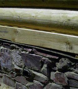 Продухи в бутовой забирке столбчатого фундамента деревянного дома