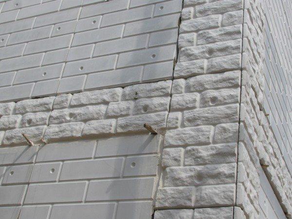Прокладки обеспечивают зазор между рядами панелей.