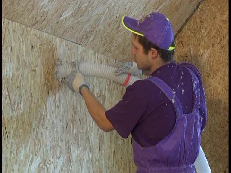 Пространство внутри стены заполняется эковатой с помощью компрессора.