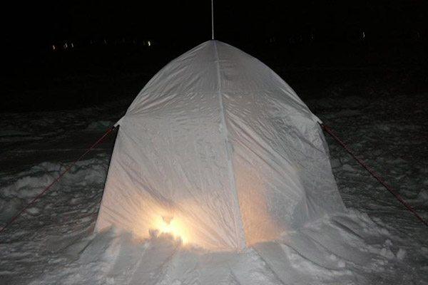 Процесс установки палатки на лед