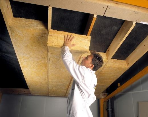 Проведение внутренних работ по утеплению потолка.