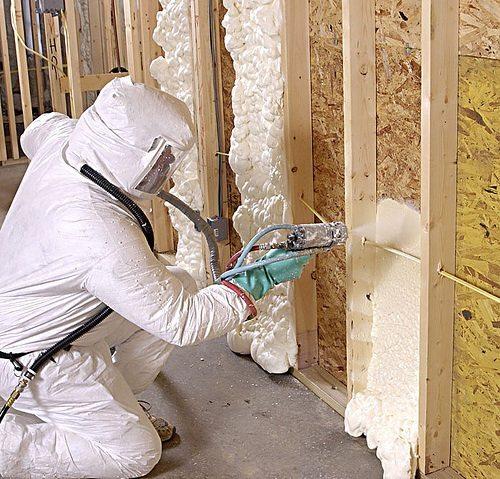 Проводятся работы по утеплению стен жидким утеплителем внутри помещения