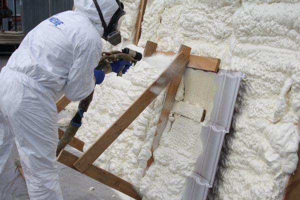 Распыление экопены: материал наносится аналогично обычному ППУ