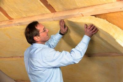 Решить задачу, как правильно утеплить крышу дома изнутри, действительно несложно и её может решить любой, главное только выбрать материал и соблюдать правила его использования