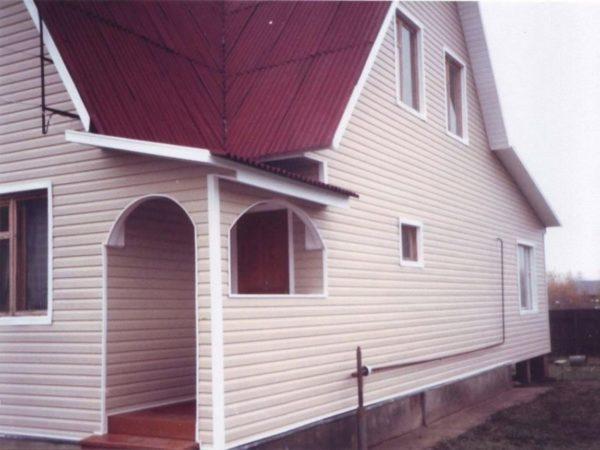Результат отделки фасада сайдингом и пенопластом.