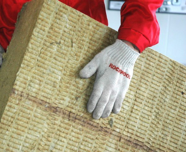 С минватой желательно работать в перчатках.