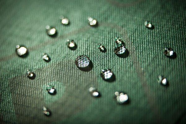 С наружной стороны материал отталкивает влагу, а изнутри выпускает испарения, это главная особенность ветрозащитной мембраны