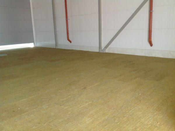 С помощью плит базальтовой ваты можно сделать шумоизоляцию пола.