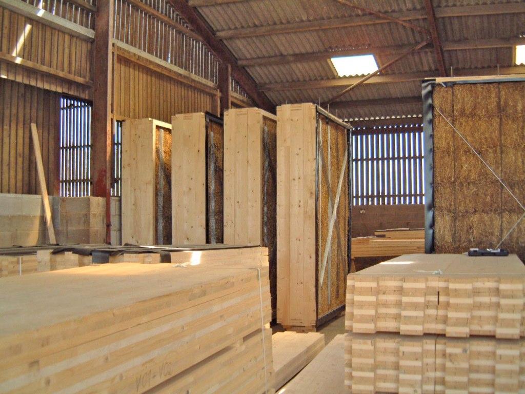 Сегодня выпускают целые соломенные блоки, из которых можно легко строить дома.