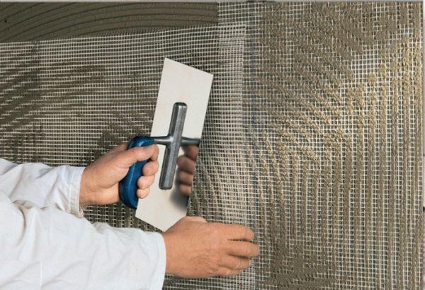 Сетка позволяет укрепить поверхность, и предотвратите появления трещин на фасаде