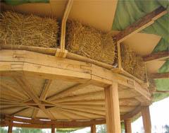 Сейчас солому пропитывают веществами, которые продлевают срок службы материала и не привлекают грызунов.