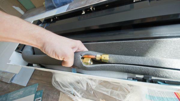 Скорлупу легко разрезать вдоль с помощью ножа.