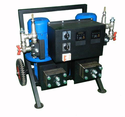 Смешивание компонентов ППУ и подачу под давлением на сопло осуществляет специальная установка
