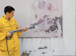 Смываем грязь со стены.