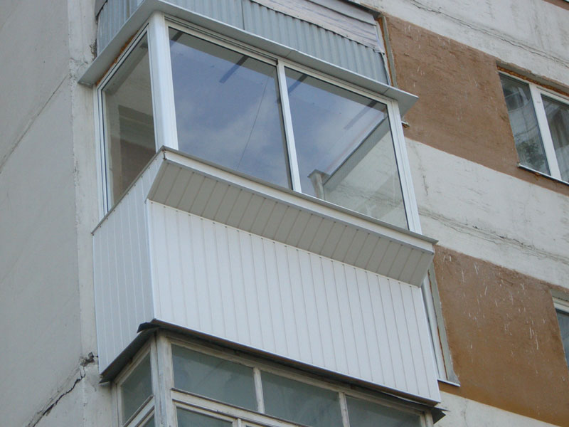 Сплошное ограждение балкона выполнено обычной ПВХ вагонкой.