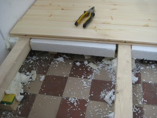 Старайтесь не допускать щелей между плитами и деревянными лагами, как на фото. В любом случае щели необходимо будет замазать штукатуркой на клею или эластичной мастикой. Именно поэтому, сначала пенопласт, а затем перекрытия сверху