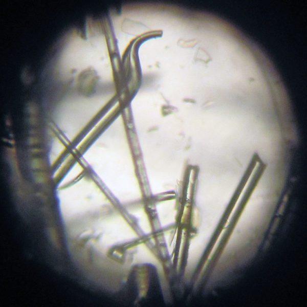 Стекловата состоит из острых хрупких волокон