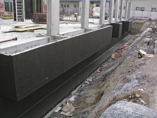 Стена должна быть покрыта слоем гидроизоляции.