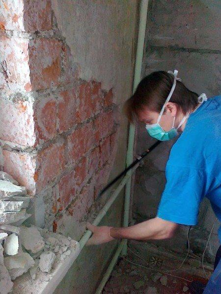 Стену нужно очистить – так, как это показано на фото