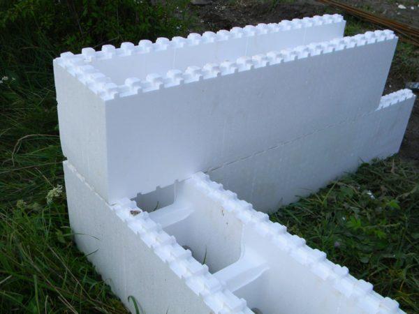 Стены из пенопластовых блоков собираются как конструктор «Лего»