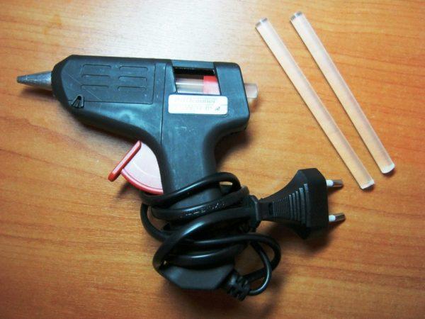 Стержни термоклея и пистолет, которым они разжижаются