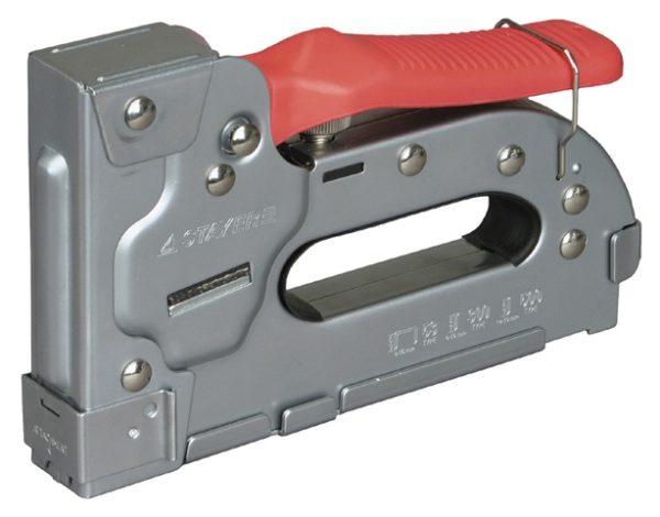 Строительный степлер очень сильно упрощает процесс крепления пленки к деревянным конструкциям
