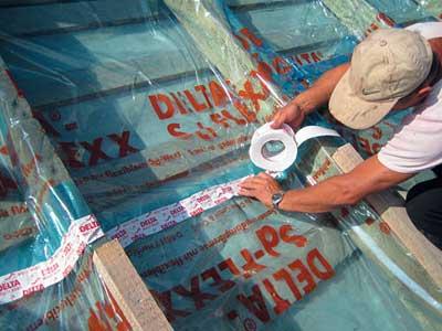 Стыки всех материалов необходимо зафиксировать липкой лентой, подойдет малярный скотч