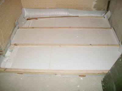 Сверху также не мешает применить изолирующий слой, но для этого очень важно правильно рассчитать высоту лагов и плит пенопласта – изоляция не должна провисать между лагами