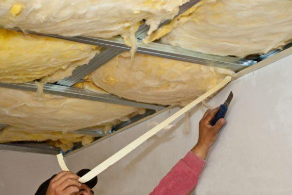 Так производится термоизоляция потолка изнутри каркасного дома, после чего каркас зашивается гипсокартоном