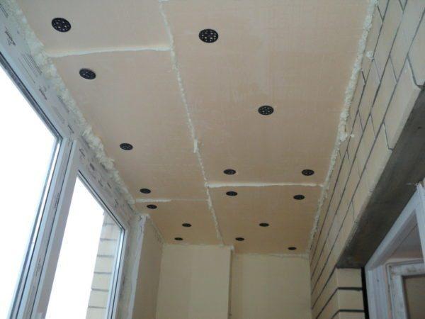 Так выглядит потолок после закрепления и заделки щелей