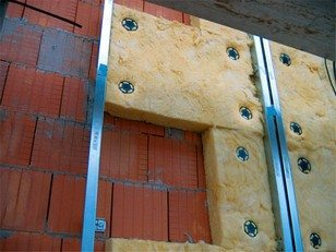 Также плиты Урса можно закрепить тарельчатыми гвоздями, если поверхность кирпичная или бетонная